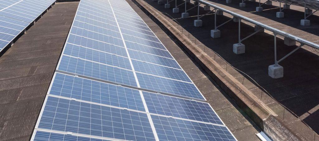 Instalação de climatização com apoio de energia solar num edifício comercial